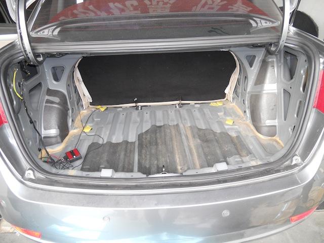 这就使得s30的后备箱没有圆形的凹槽,和前底盘钣金连在一起成为一个