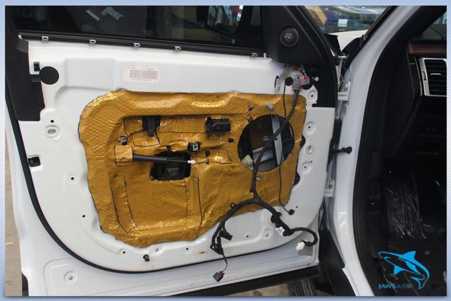 路虎系列的车型设计风格粗犷,这也让其从内到外都散发着强烈的荷尔蒙,因此路虎系列的车型深受越野爱好者的喜爱。而这同时也造成了汽车在行驶的时候车厢内的噪声过大。为了降低汽车的噪声,车主来到武汉广全对汽车做了隔音升级工作。