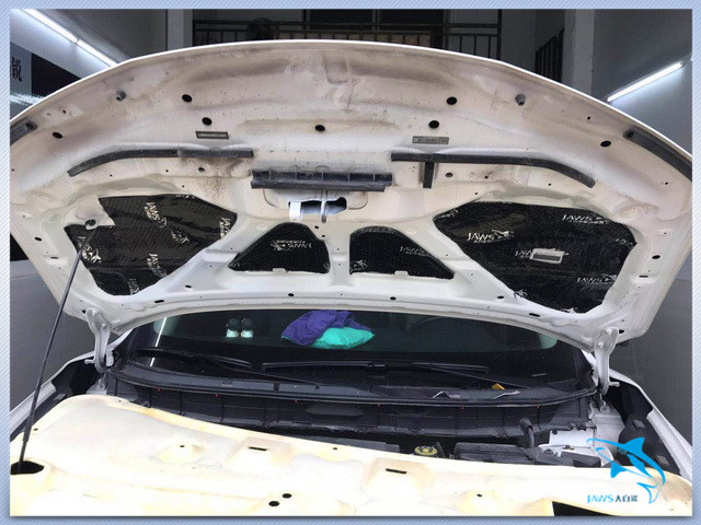 原车的引擎盖只是一层单薄的铁皮结构,所以汽车在行驶的时候引擎盖不仅会产生振动噪声同时发动机工作产生的热量还会加速引擎盖漆面的老化速度。因此汕头逸声的改装技师对汽车的引擎盖做了隔音处理,在减少引擎盖振动的同时,还对汽车的引擎盖起到了保护作用。