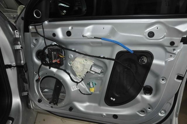 拆开汽车底盘,除了几块简单的止振板外并未做有效隔音处理,使得底盘部位的噪声非常明显。改装技师先使用大白鲨黄金甲,对底盘做了第一层的止振处理,降低底盘自身的共振噪声,然后使用大白鲨低频王,对底盘做了第二层的密封处理,降低底盘的低频噪声,然后使用大白鲨白棉,对底盘做第三层密封处理,以使得隔音效果更为理想。