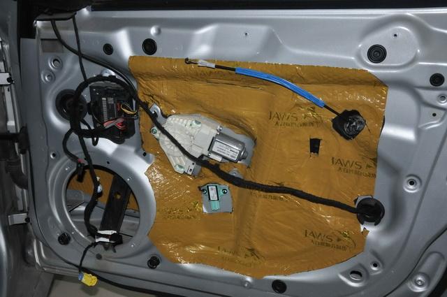 使用大白鲨对门板做双层隔音,降低汽车门板产生的各种噪声