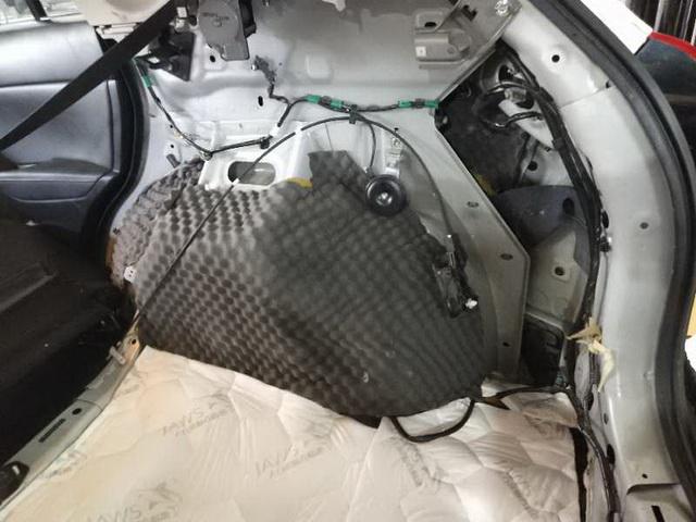 改装技师先使用大白鲨隔音减震胶和大白鲨低频王,对汽车的轮弧做了止