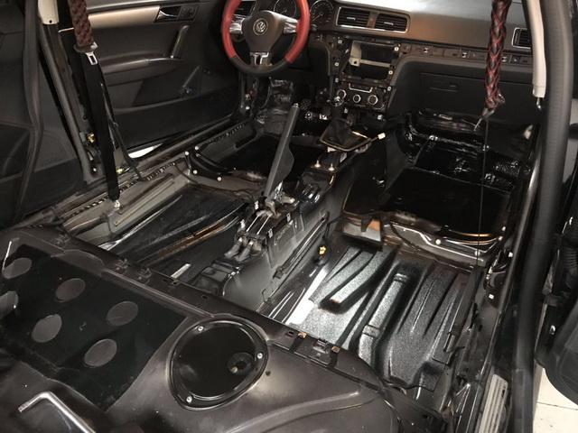 底盘和尾箱是低频共振的主要产生部位,而原车的底盘和尾箱并未做有效的隔音处理,改装技师先使用大白鲨隔音减震胶,对汽车的底盘和尾箱做了第一层的止振处理,然后使用大白鲨吸音棉,对汽车的底盘和尾箱做了第二层的密封处理,双层的隔音处理,既降低了底盘和尾箱的共振噪声,同时又有效增强了钣金的刚性。