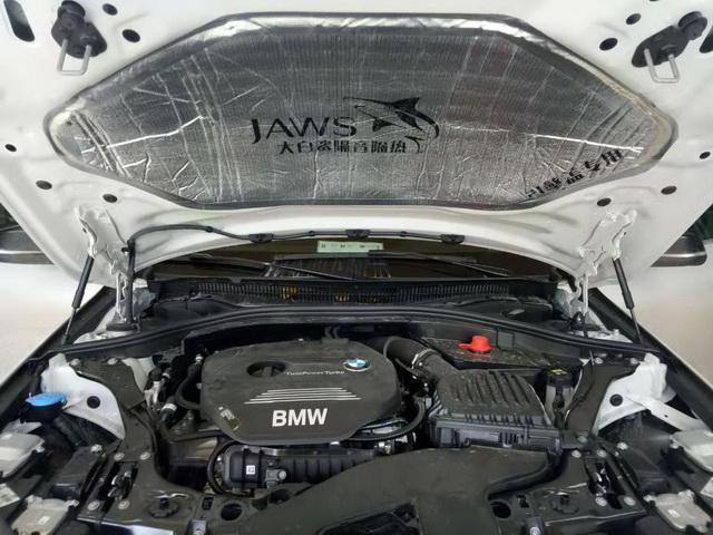 > 趋于安静 宝马新款118汽车隔音改装大白鲨隔音  原车的引擎盖只是一